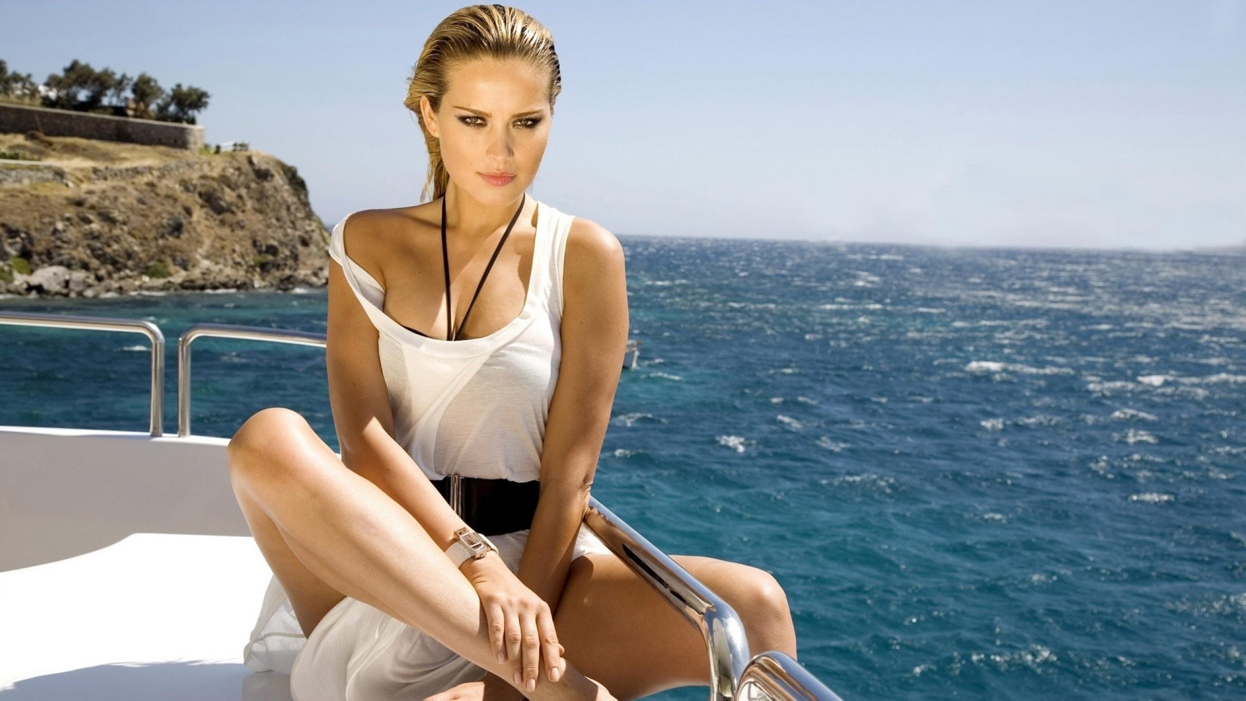 Девушка на лодке без смс