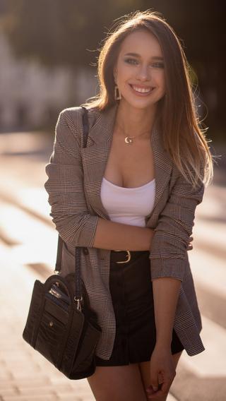 preety-girl-smiling-4k-ez.jpg