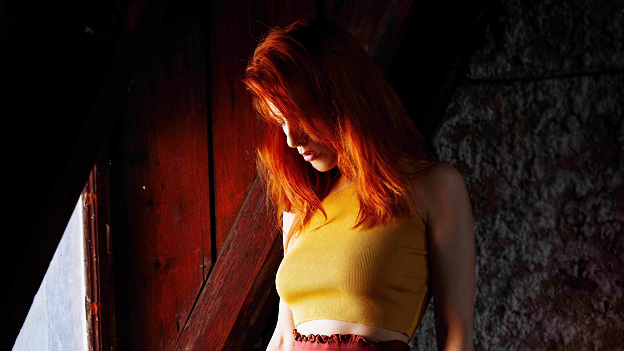 redhead-girl-morning-sunbeams-4k-0e.jpg