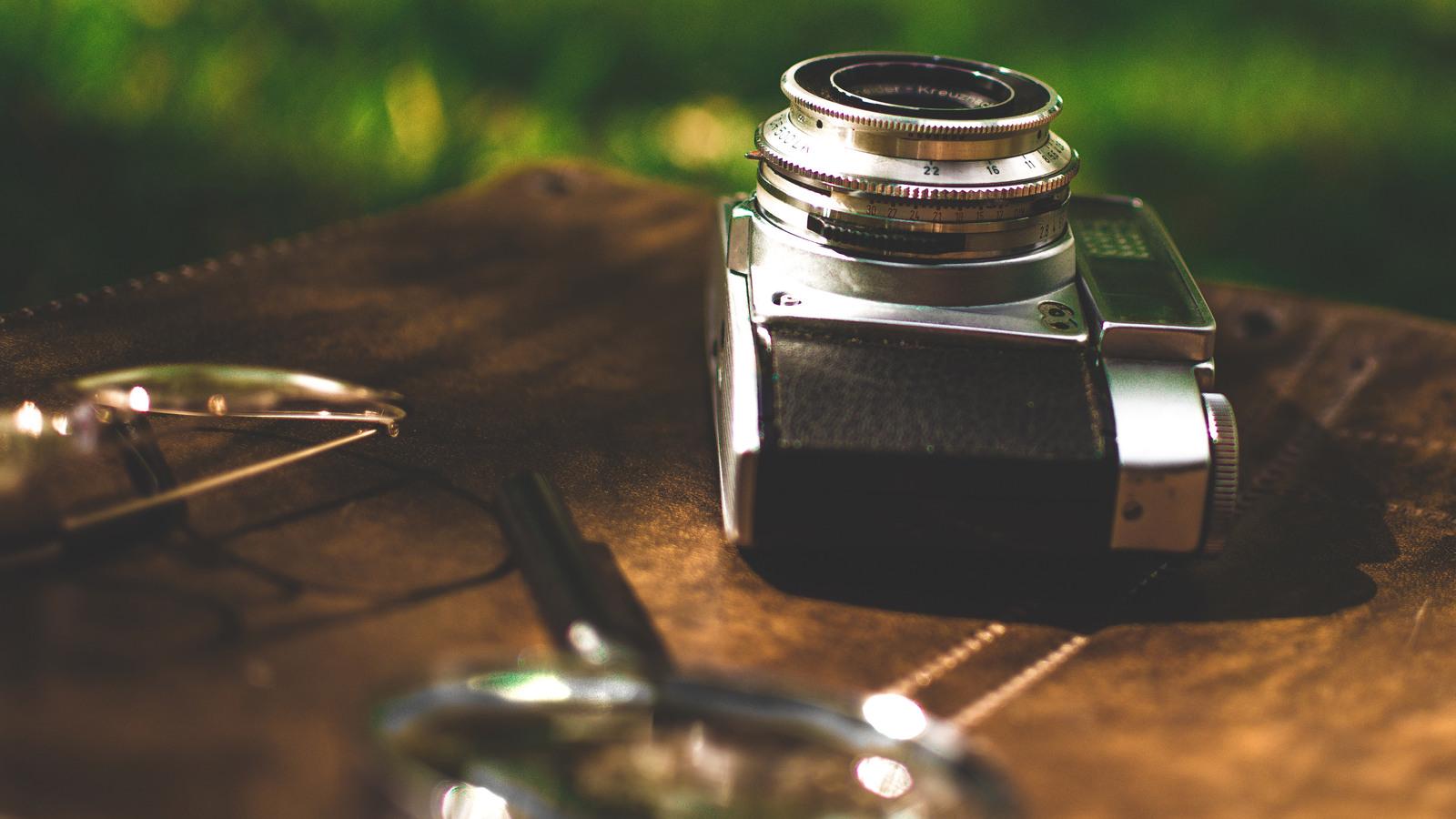retro-old-camera-magnifying-glass-sh.jpg