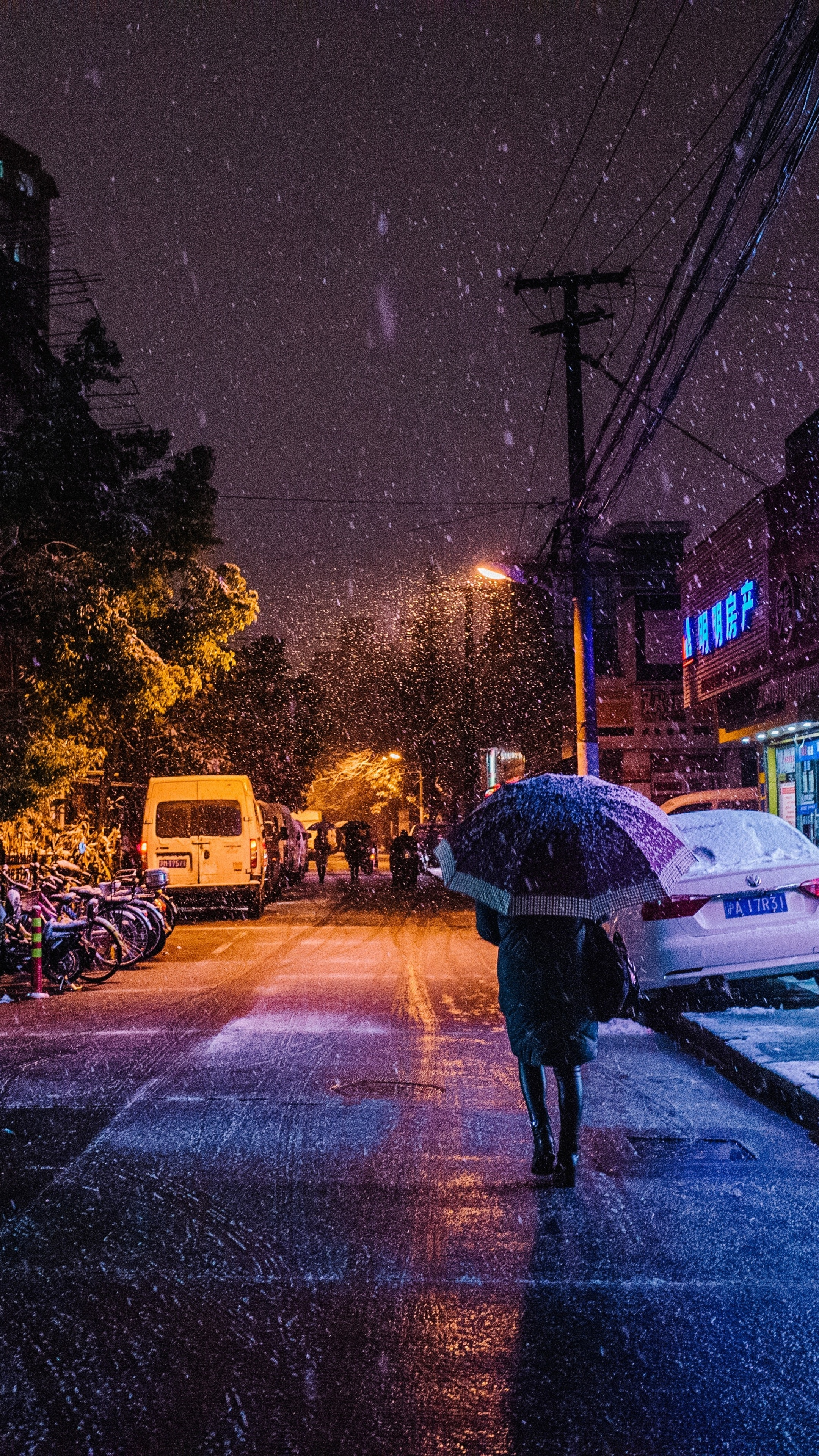 2160x3840 Snow Night Street People Walking 5k Sony Xperia X