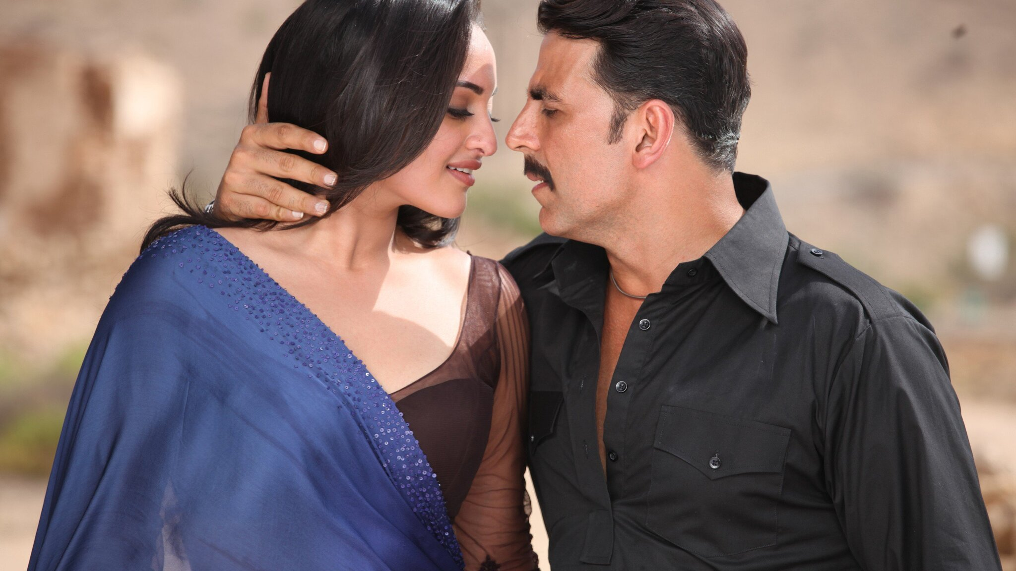 2048x1152 sonakshi sinha with akshay kumar 2048x1152 resolution hd