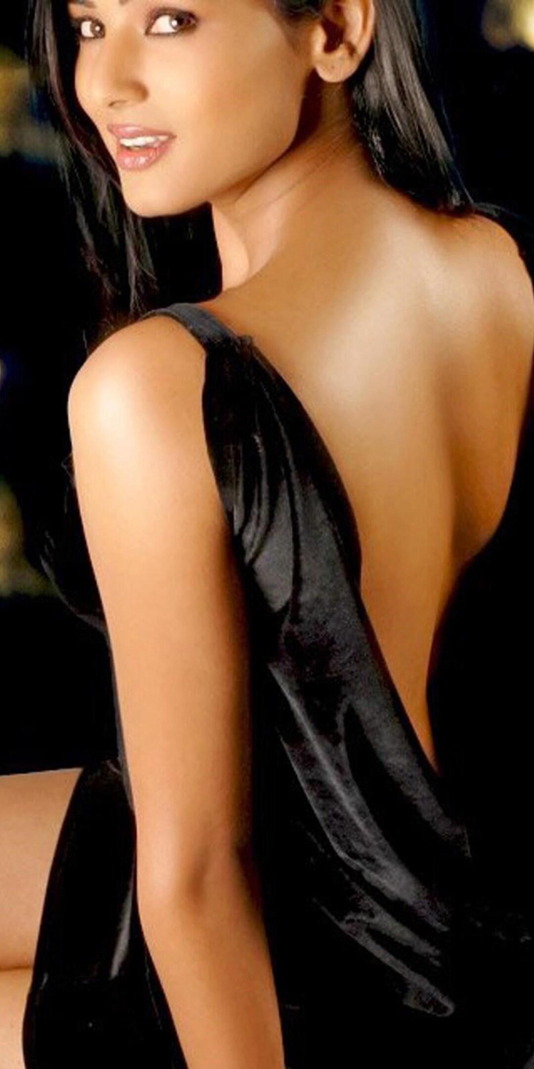 sonal-chauhan-backless-4k.jpg