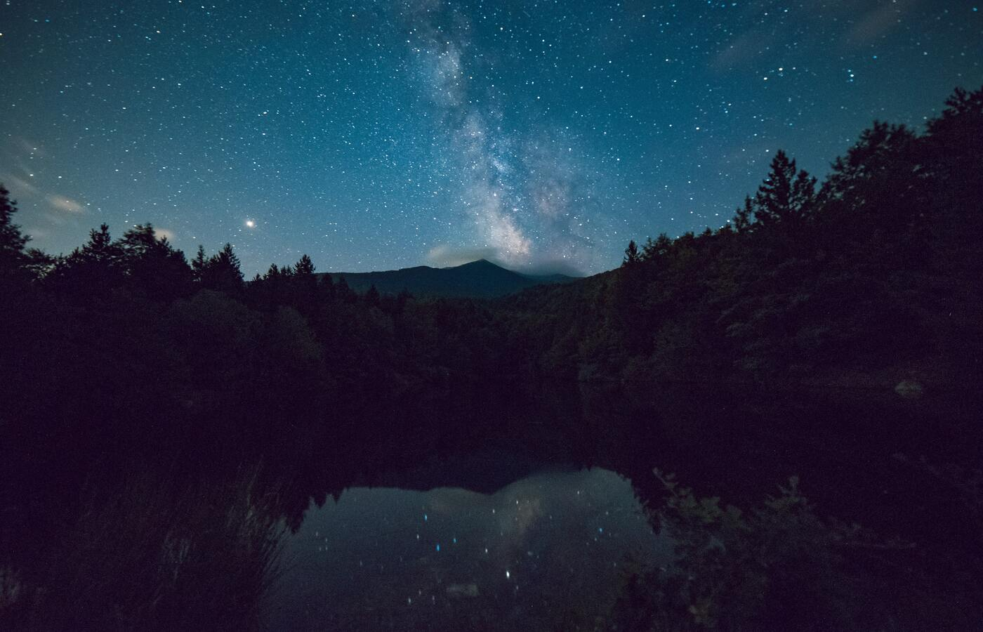 starry-night-sky-reflection-5k-e0.jpg