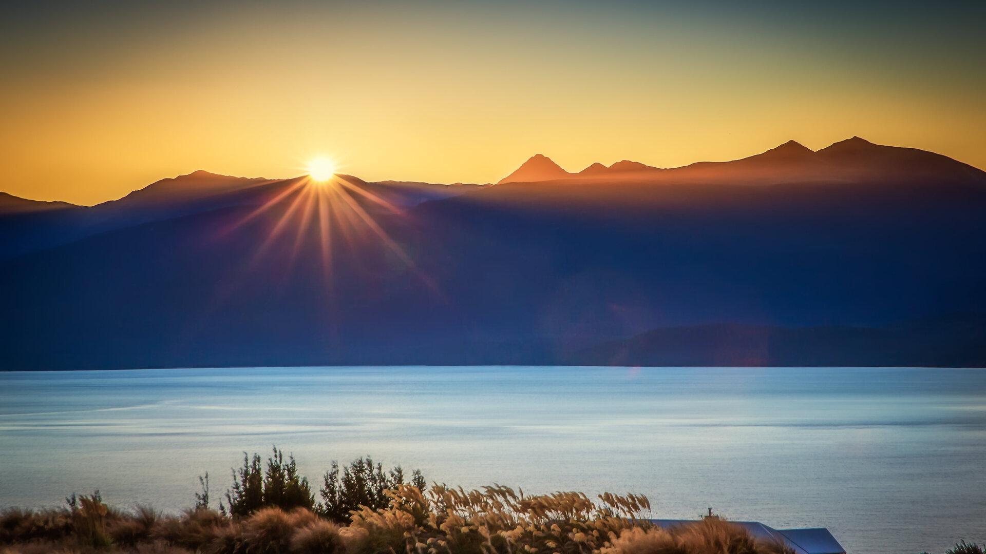sun-burst-lake-te-anau-4k-yl.jpg