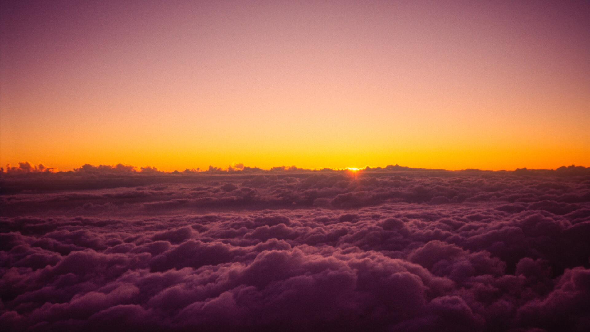 sun-rises-over-the-clouds-from-on-top-of-mount-fuji-5k-qh.jpg