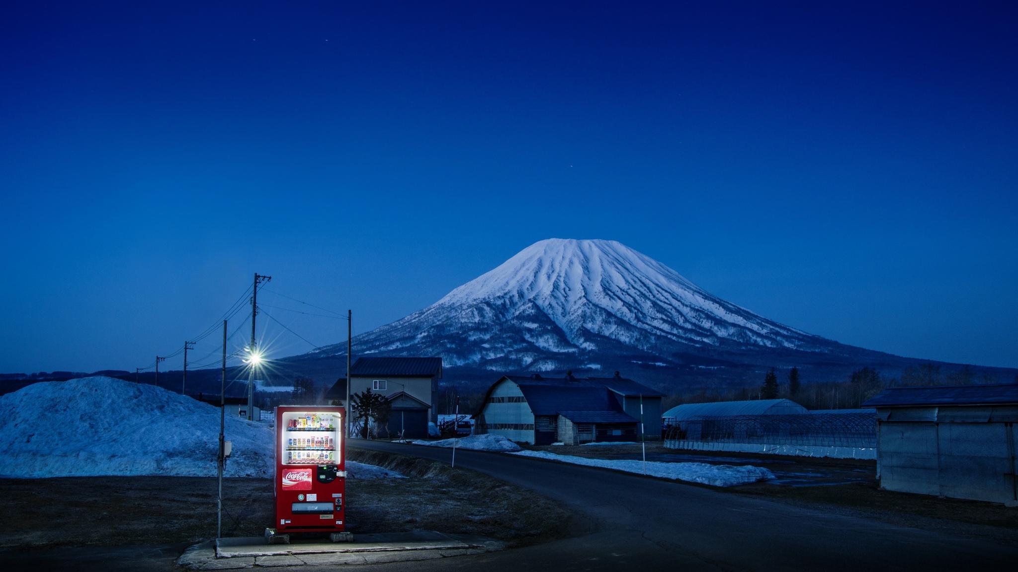vending-machine-japan-mount-fuji-4k-cx.jpg