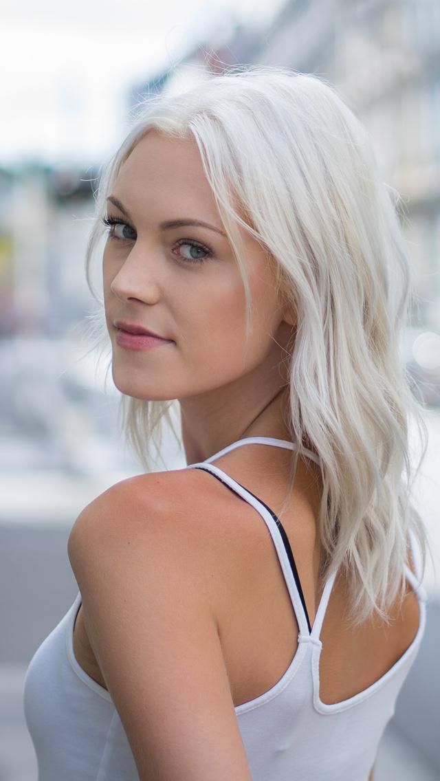 white-hair-girl-looking-back-4k-22.jpg
