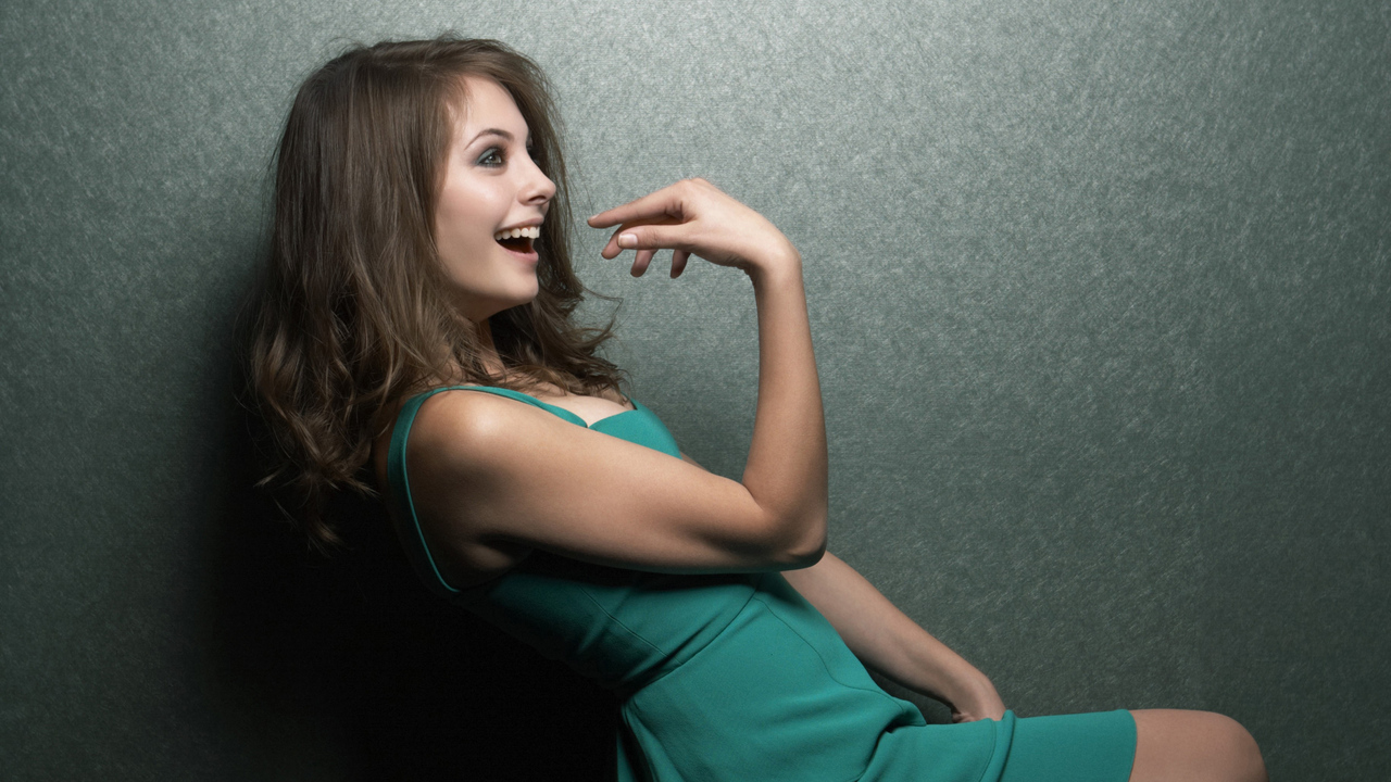 willa-holland-cute-smiling-4k-p9.jpg