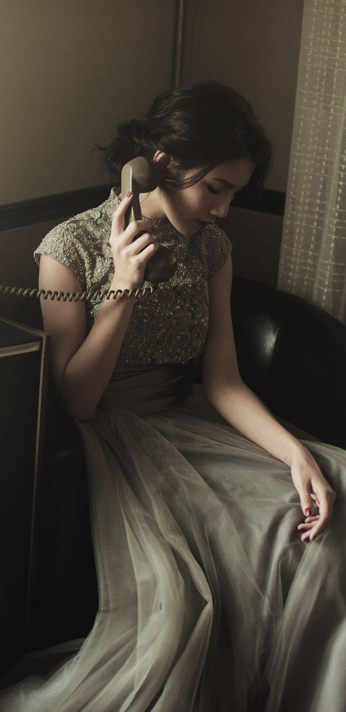 woman-talking-on-wire-telephone-na.jpg