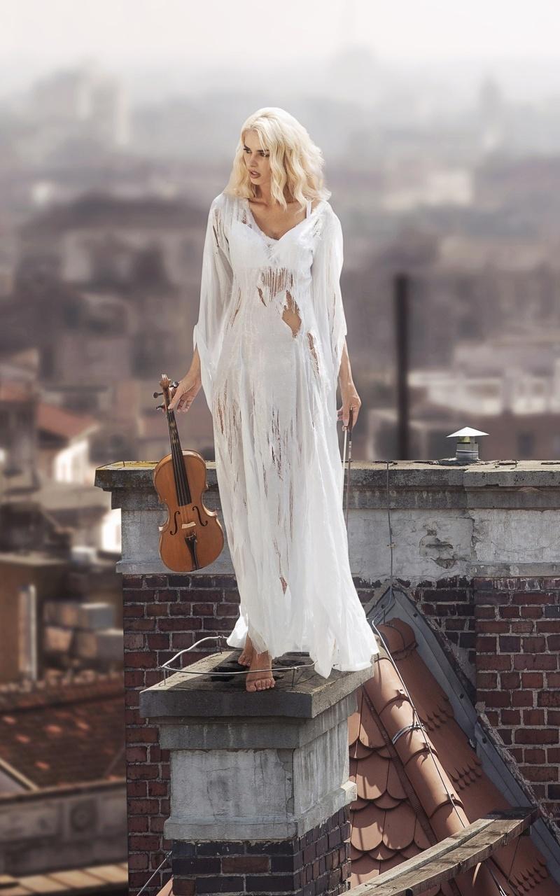women-with-violin-standing-on-roof-4k-1v.jpg