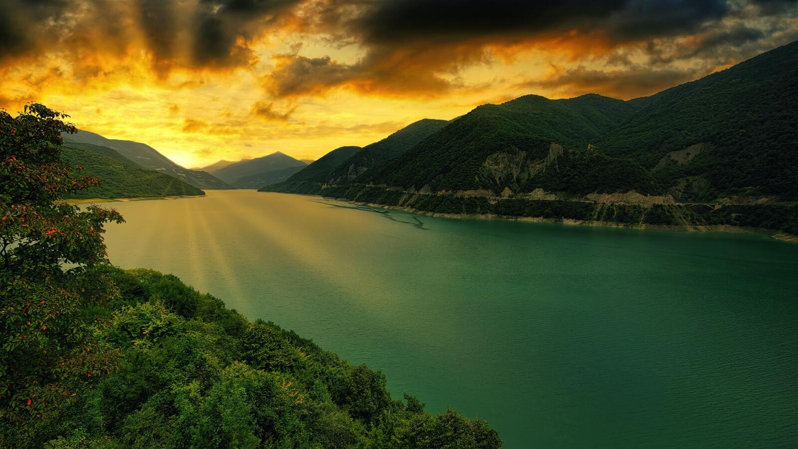 zhinvali-reservoir-georgia-5k-4m.jpg