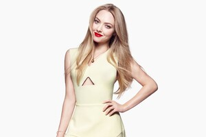 Amanda Seyfired Wallpaper