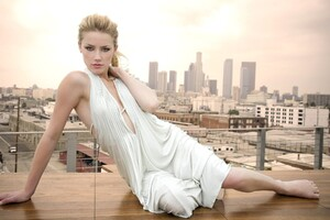 Amber Heard In White Dress Wallpaper