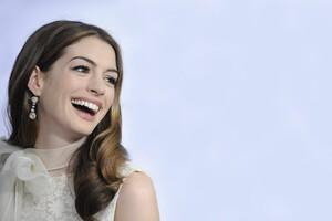 Anne Hathaway Smile Wallpaper