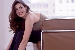 Anne Hathaway Smiling Wallpaper
