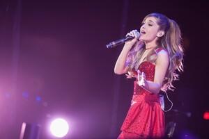 Ariana Grande Singing Son Wallpaper