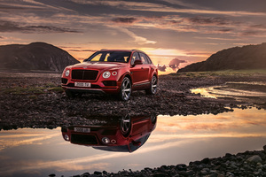 Bentley Bentayga V8 2018 Wallpaper