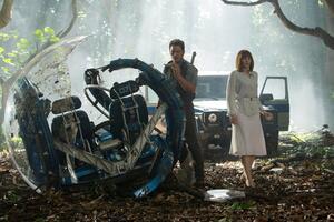 Bryce Dallas Howard And Chris Pratt In Jurassic World Fallen Kingdom 2018