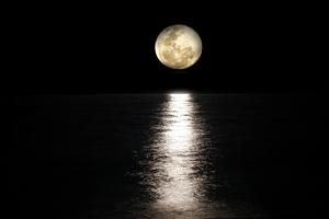 Dark Night Moon Reflection In Sea 5k Wallpaper