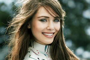 Elizabeth Olsen Smiling Wallpaper