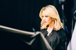 Ellie Goulding Backstage Wallpaper