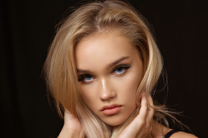 Evelina Blonde Hair Glance 4k Wallpaper