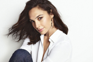 Gal Gadot Revlon 2019 Wallpaper