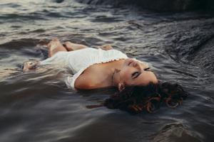 Girl Lying On Sea Shore Wet 5k