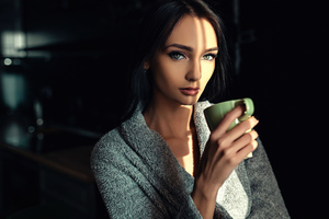Green Eyes Girl With Cup 4k Wallpaper