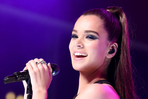 Hailee Steinfeld Singer Cute Smile Live Performing 2018