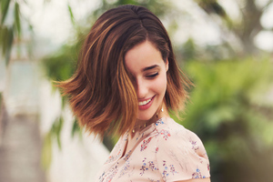 Holly Earl Smiling 2021 Wallpaper