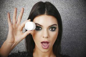 Kendall Jenner Metallishadow Creme Wallpaper