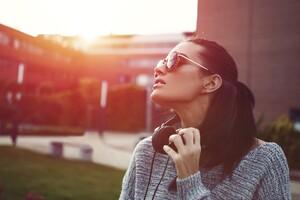 Model With Glasses 4k Wallpaper