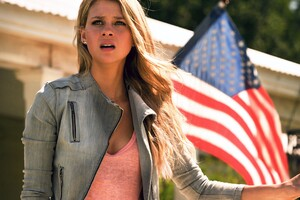 Nicola Peltz In Transformers Movie Wallpaper