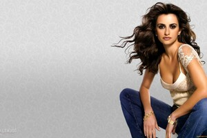 Penelope Cruz Pose Wallpaper