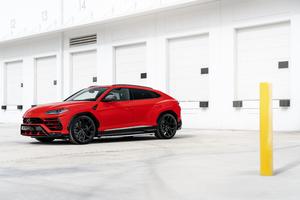 Red Lamborghini Urus 2019 8k