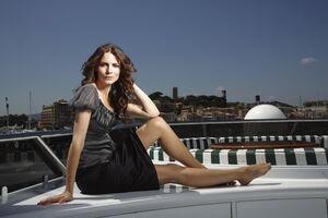 Saffron Burrows Wallpaper