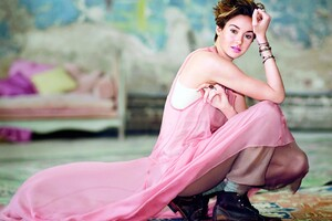 Shailene Woodley In Pink Dress Wallpaper