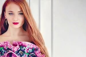 Sophie Turner Blue Eyes Wallpaper