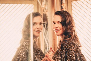 Sutton Foster Caitlin McNaney Photoshoot Wallpaper