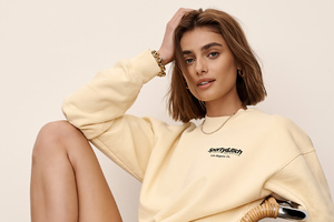 Taylor Hill Sporty And Rich Wallpaper