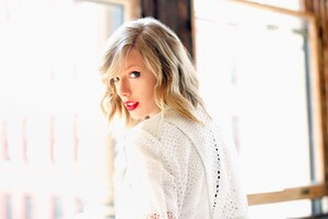 Taylor Swift 10 Wallpaper