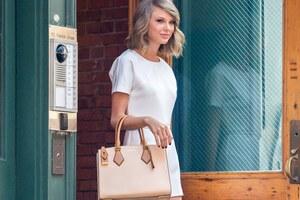 Taylor Swift Smiling Wallpaper