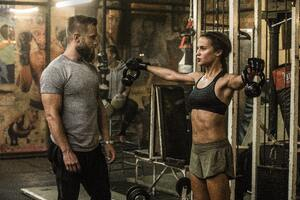 Tomb Raider 2018 Alicia Vikander As Lara Croft Doing Workout Wallpaper