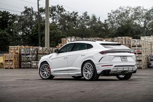 White Lamborghini Urus 4k