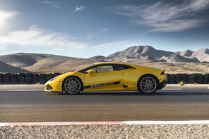 Yellow Lamborghini Huracan 8k