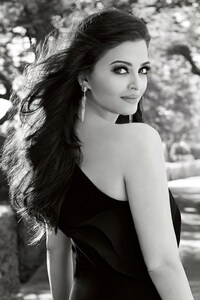 640x960 Aishwarya Rai Bachan In Black Dress