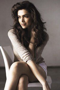 240x400 Beautiful Deepika Padukone