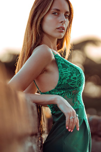1125x2436 Beautiful Girl Green Dress Leaning On Wall
